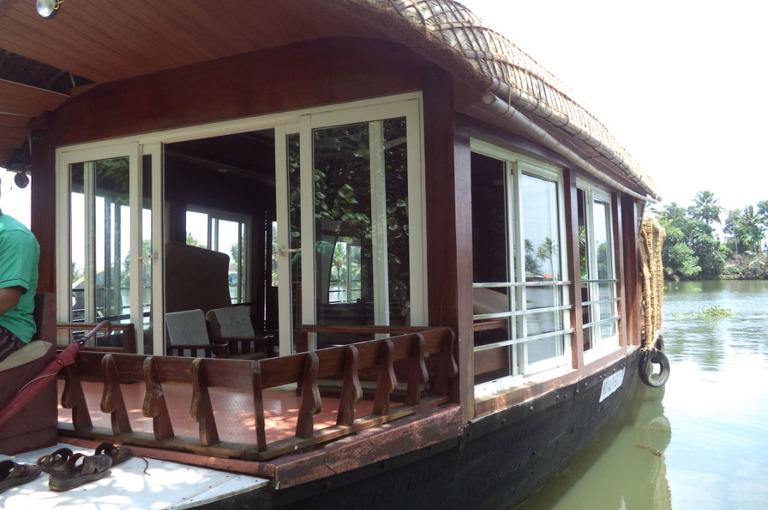 Lake%20roylehouseboat%202.jpg