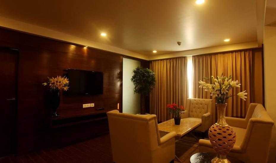 Suite_living_room.jpg